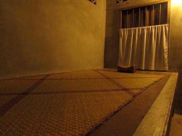 La mia stanza al Suan Mokkh, il letto è privo di materasso e il cuscino è di legno