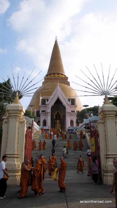 Phra Pathom Chedi, di giorno