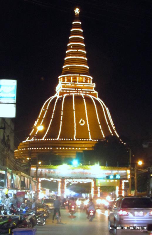 Phra Pathom Chedi, di notte